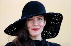 hija de steven tyler de aerosmith y famosa por sus roles en películas o armaggedon y el señor de los anillos la actriz liv tyler fue parte de la nueva