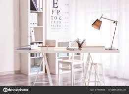 Comfortabele Werkplek Met Moderne Lamp Tafel Stockfoto