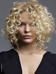 Coupe Femme Cheveux Frisés Mi Longs