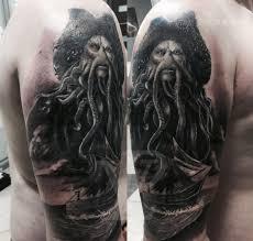 татуировка дейви джонс на плече в стиле блек энд грей мастер артём