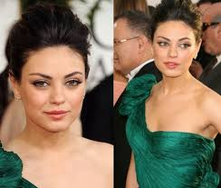 mila kunis opted for a soft brown eye look with a peachy gloss ah she looks stunning here