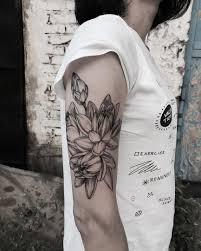 татуировка на плече у девушки цветы фото рисунки эскизы