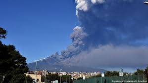 Vidéos 4k et hd utilisables immédiatement dans n'importe quel. Sicilians Watch Mount Etna Warily Following 4 8 Magnitude Quake News Dw 26 12 2018
