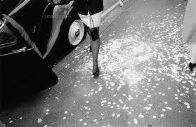 車の横に立つ女性の足 Bw 1990年 イングランド02265003171の写真素材