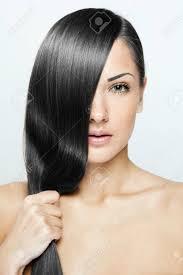 黒髪長い自然な髪と美しいブルネットの女性の髪型