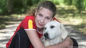 Особая благодарность псу Обеликсу″ или Кому немцы посвящают  Девушка с собакой