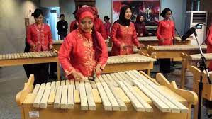 Adapun cara memainkannya yakni dipukul memakai alat tertentu. Kolintang Orkestra Tradisional Dari Minahasa Musik Musik Tradisional Bentuk