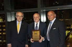 Grupo IDEA entrega placa de reconocimiento a Eduardo Padrón