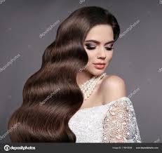 髪の美しさウェーブのかかった髪型でエレガントな花嫁魅力的な