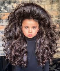 Holčička Svými Hustými Vlasy Udivuje Internet Její účesy Jsou Boží