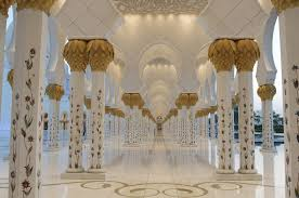 it is also home to one of the largest chandeliers in the world and the world s largest hand knotted carpet the sheikh zayed mosque