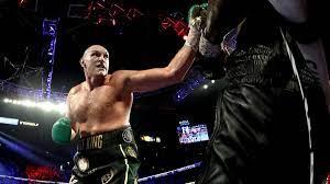 Tyson Fury schlägt Deontay Wilder ...