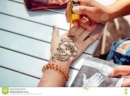 прикладывать временную татуировку хны редакционное фото