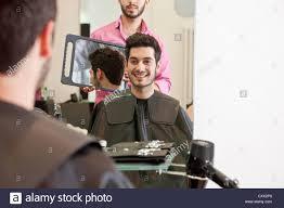 Ein M Nnlicher Friseur Zeigt Sein Mandant Seine Neue Frisur Im