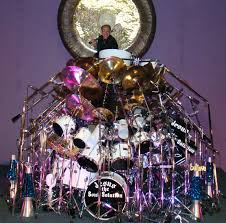 the set is comprised of over 500 pieces it boasts over 90 drums and 90 cymbals and features the world s largest symphonic gong