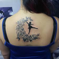 балерина в луне из цветов тату на спине у девушки добавлено иван