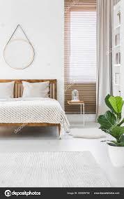 Gestrickte Decke Platziert Auf Doppelbett Aus Holz Hellen