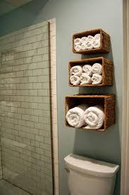 Aprovecha el inodoro como espacio de almacenaje para un bao pequeo.  Bathroom OrganizationBathroom IdeasGuest ...