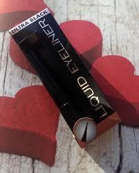 makeup revolution eyeliner w płynie ultra black to produkt który powinien znaleźć się w twojej kosmetyczce jeśli chcesz stworzyć idealne kreski na