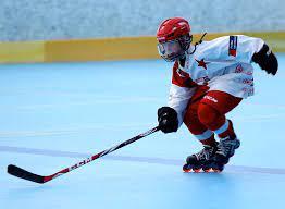 Hráči na bruslích dosahují vysokých rychlostí a vystřelený puk někdy přesáhne i rychlost 175 km/h. Inline Hokej Home Facebook