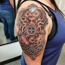 латы в виде огненной птицы тату на плече у девушки добавлено