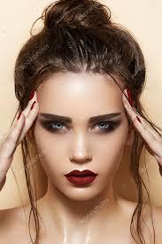 Hot Mladá žena Model S Sexy Tmavě červené Rty Make Up Silné Obočí