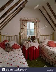 Fenster Mit Rot Weiß Floral Gardinen Oberhalb Runder Tisch Mit