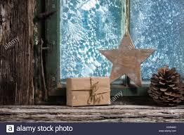 Weihnachtsdekoration Am Fenster Mit Frostblumen Stockfotos