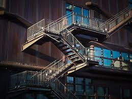 Die leiter ist dreiteilig aus kiefer, 40 cm breit, komplett montiert, stufenoberseite geriffelte. Treppen Im Einfamilienhaus Almondia Bautipps