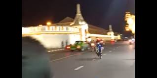 ตร.เผยอยู่ระหว่างระบุตัวตน แว้นซิ่งยกล้อหน้าวัดพระแก้ว  จ่อแจ้งข้อหาขับขี่รถประมาท | ประชาไท Prachatai.com