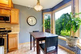 Tavolo da pranzo breakfast zona cucina con pareti blu e vista