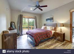 Erholsamen Land Schlafzimmer Mit Bett Nachttisch Und Kommode