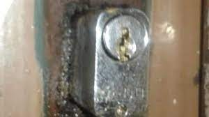 Podemos evitar esse problema fazendo uma manutenção regular da fechadura e aplicando spray lubrificante a cada três meses. Como Tirar Chave Quebrada Virada E Emperrada Na Fechadura Youtube