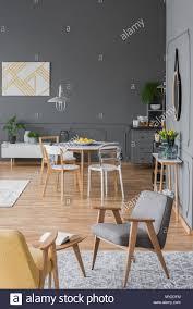 Grauen Und Gelben Sessel In Der Wohnung Interieur Mit