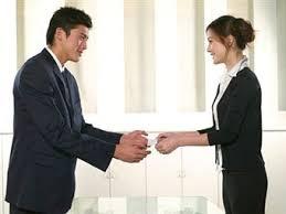 Китайский этикет и культура Правила хорошего тона  Бизнес Китая не имеет гендерной асимметрии женщины наравне с мужчинами могут занимать ответственные должности Но при этом прикасаться к женщине