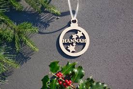 Weihnachtskugel Mit Namen In Wunschfarbe Kugel Mit Sternen Christbaumkugel Christbaumschmuck Weihnachtsbaumkugel