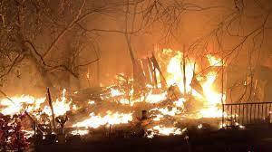 เพื่อนบ้านระทึก เสียงดังสนั่น ไฟไหม้กลางดึก สลดหมาในบ้านถูกคลอก - ข่าวสด