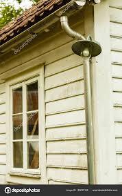 Alte Weiße Fenster Auf Weißen Holzhaus Stockfoto Voyagerix