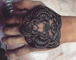 фото татуировки медведь в стиле дотворк татуировки на кисти рук