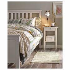 Plakate Und Lampen über Holzbett Grau Schlafzimmer Innenraum Mit