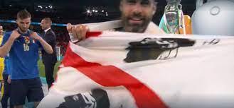 Barella e Sirigu con la bandiera dei 4 Mori a Wembley, Solinas li ringrazia  - DIRE.it