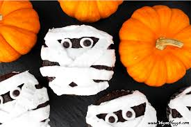 These vegan Mummy Cupcakes will be a hit at your next Halloween bash. They  are