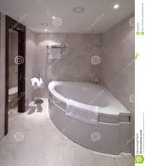 Badezimmer Mit Eckbadewanne Stockfoto Bild Von Ecke Modern 26583620