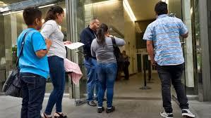 Recortes castigan los apoyos a migrantes en consulados de EU