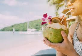 Resultado de imagen para tomando agua de coco en el la playa