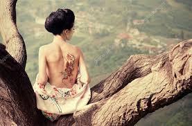 žena S Hadí Tetování Na Zádech Na Větev Stromu Stock Fotografie