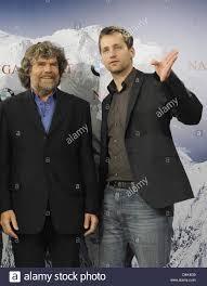 Schauspieler Florian Stetter (wie Reinhold Messner, R) und Bergsteiger  Reinhold Messner darstellen, während ein Foto-Shooting für den Film? Nanga  Parbat? in Berlin, Deutschland, 30. März 2009. Der Film erzählt die  Geschichte der