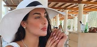 مجددا ياسمين صبري تستعرض حياة الرفاهية على يخت زوجها.. ظهرت بشعر مبلول  وفستان ابيض شفاف (صور)