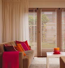 Sichtschutz im Wohnzimmer - moderne Plissees, Gardinen und Rollos