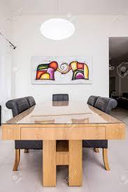 Moderne Eettafel Met Kunst Schilderij En Ronde Lamp Israël Royalty